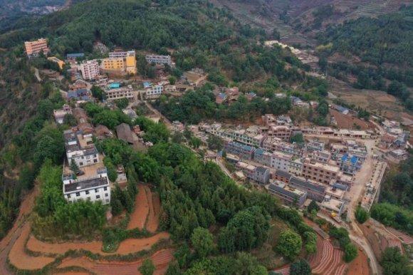 杨柳镇克基村: 清理白色垃圾 美化出行环境