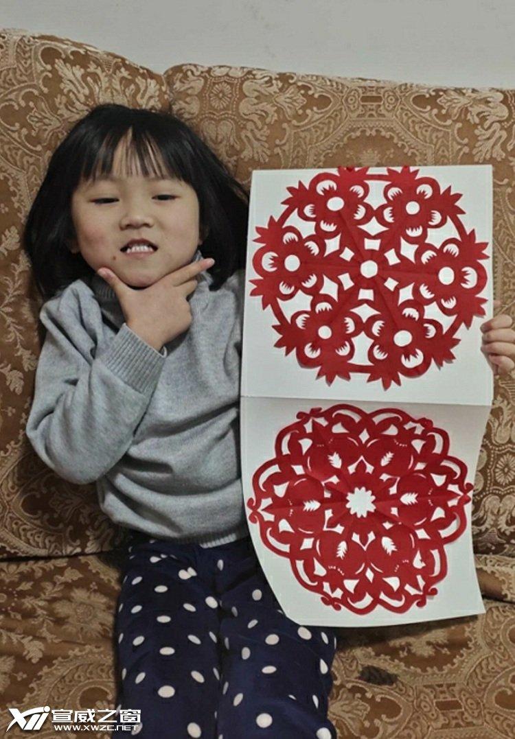 中心幼儿园中一班小朋友学做剪纸.jpg