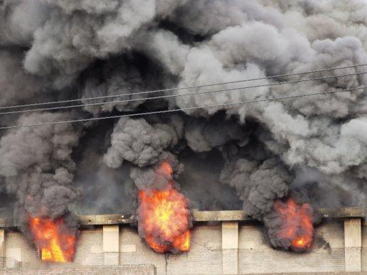 宣威一家具加工点突然着火