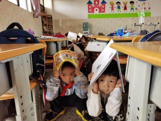 宣威市丰华一小开展地震逃生疏散演练活动