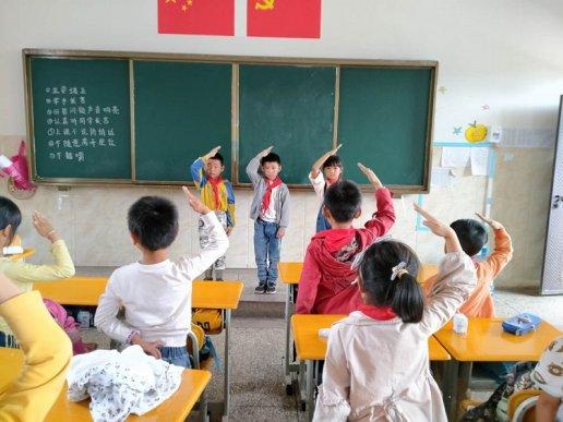 """宣威市丰华一小开展""""爱护红领巾""""主题班会活动"""