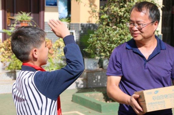 曲靖公路局向龙潭镇业肥村完小捐赠405箱牛奶