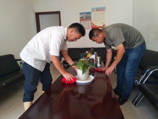 宣威双河乡:机关党员干部带头开展爱国卫生运动