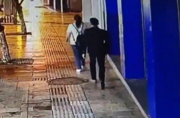 宣威一男子没钱出门转转,直接尾随抢她人手机