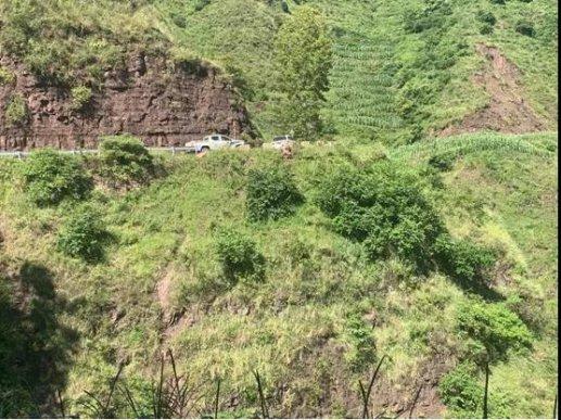 宣威一村民骑摩托车,跌落百米悬崖