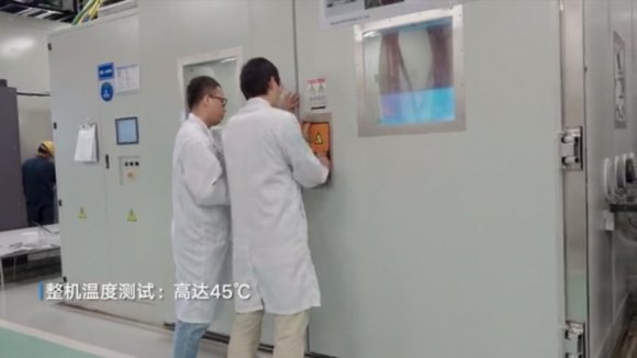 央视进入荣耀智慧屏测试车间采访