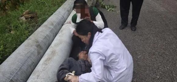 宣威一老人昏倒路边 民警及时救助