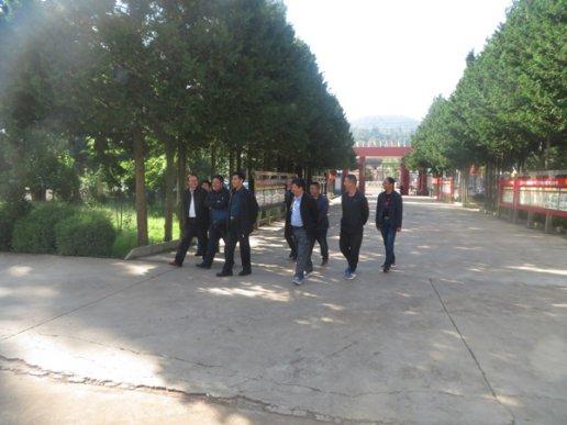 周云锋到宣威市靖外初级中学看望慰问教师