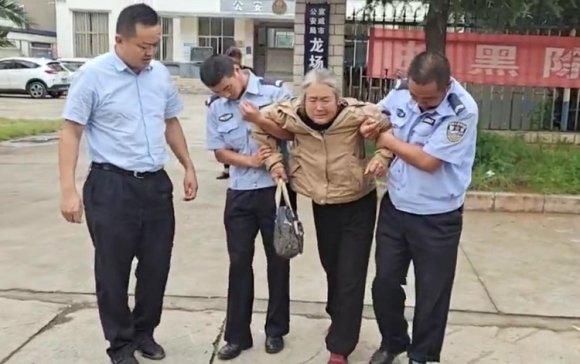 宣威一老人发病晕倒,民警及时救助