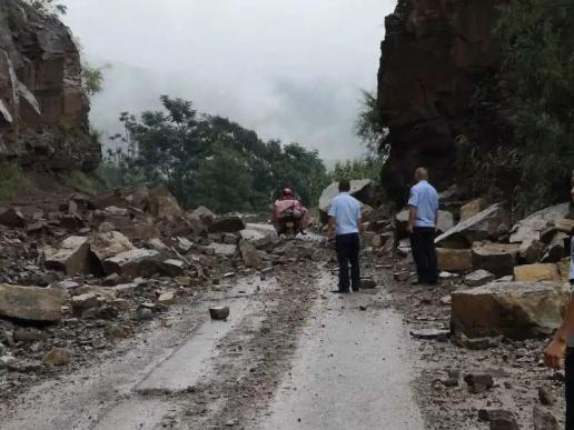 宣威杨柳一路段发生山体塌方 公安交