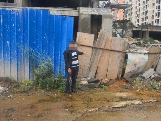 宣威一男子安置小区施工工地的铝合