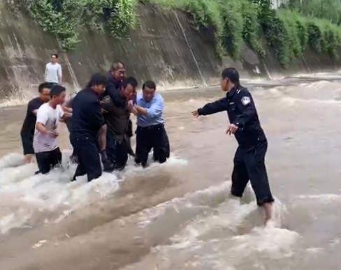 宣威市双河乡一位老人骑三轮车坠入河里
