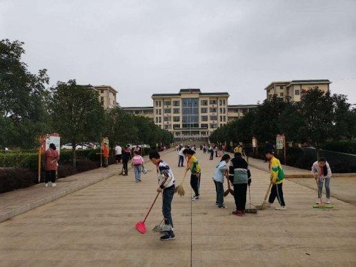 """宣威市丰华一小2766名师生开展""""十月爱卫运动在路上"""