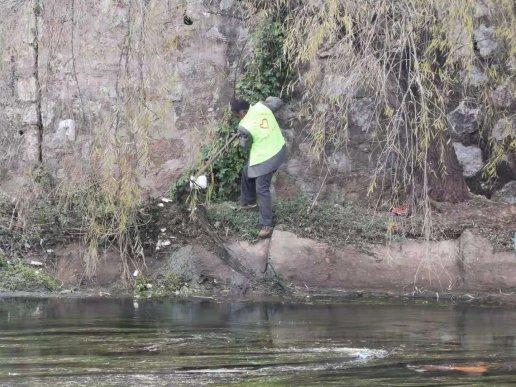 宣威市新南社区清除河道垃圾