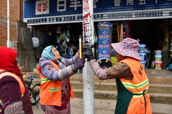 宣威市板桥街道:清理小广告 美化大