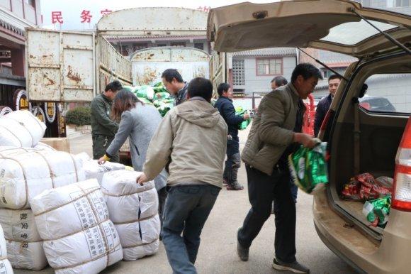 发放救灾物资 情暖困难群众