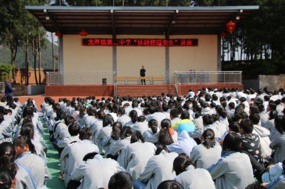 龙潭镇:法制进校园,保安全促文明