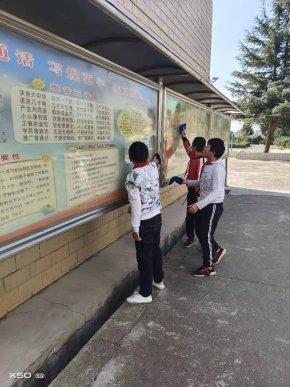 宣威市虹桥街道马房小学开展爱护校园环境主题活动