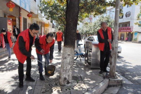 """宣威市林业和草原局:志愿服务群众 清除城市""""牛皮"""