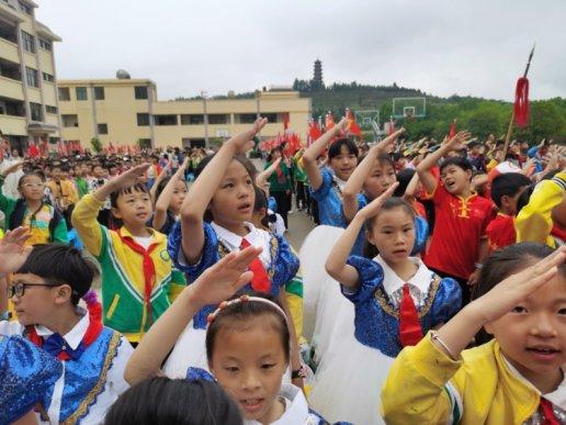 宣威市丰华一小523名小学生:光荣入队 快乐成长