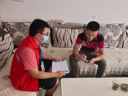 宣威市丰华社区青年志愿者行走于社区服务于居民