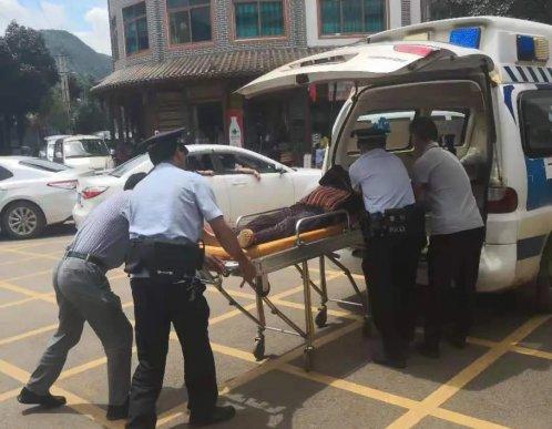 宣威西泽一老人晕倒路边 民警救助脱