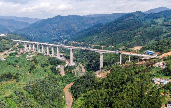一桥连滇黔 天堑变通途