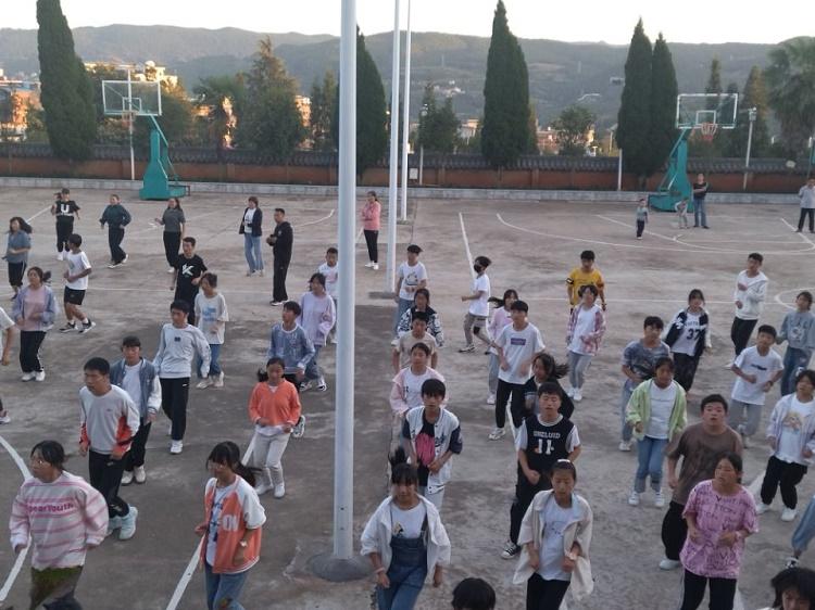 校长指导学生自主学习大课间体质活动.jpg