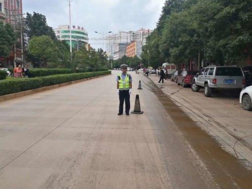 油污飘洒路面 警民联手除隐患