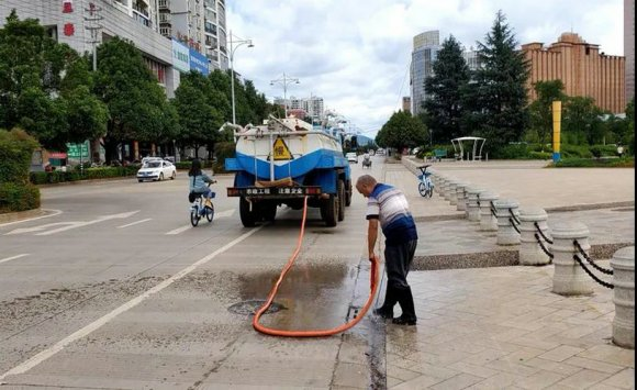 宣威经开区组织清掏道路雨水篦子 确