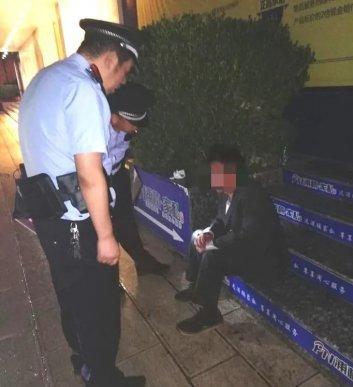 宣威民警及时救助一醉酒男子安全回