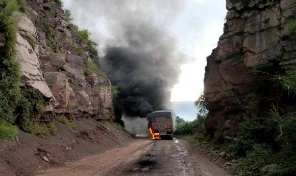 大货车自燃 宣威公安交警紧急处置