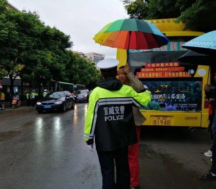 宣威中考第2天:交警为考生淋雨 家长
