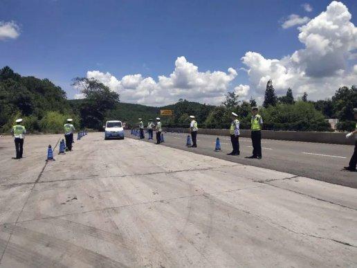 宣威公安交警强力护航暑期旅游旺季