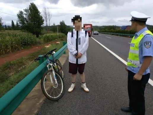 宣威一男子高考失意后,竟骑自行车