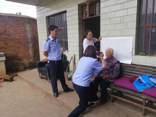 宣威市凤凰派出所为102岁老人上门办