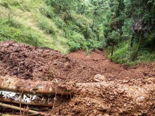 宣威降雨引发泥石流交通中断 警民合