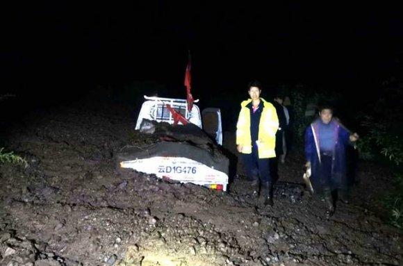 暴雨造成山体滑坡驾驶员被困 宣威民