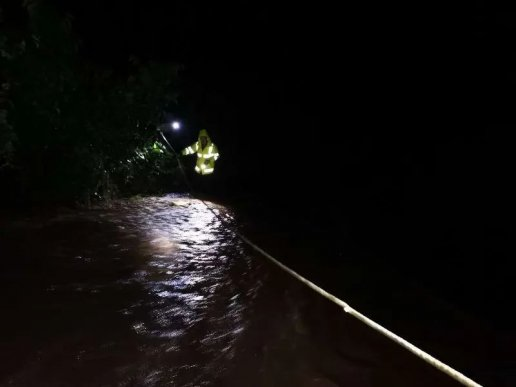 宣威凌晨2点的暴雨中 这几名交警乘风破浪