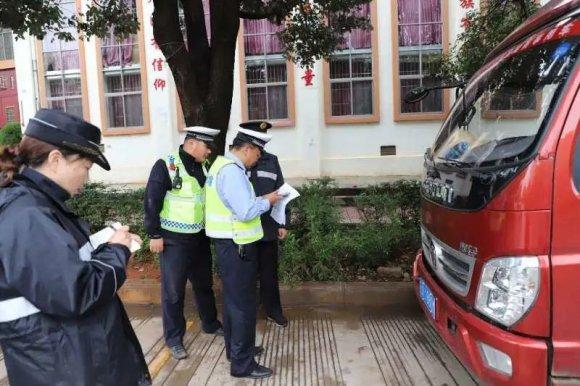 宣威市公安交警联合住建局开展大货车入城整治