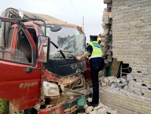 倒车不慎撞到墙 宣威民警及时救助被困驾驶员