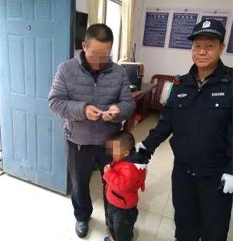 宣威一小孩意外走失 民警帮助找回