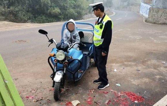 """宣威11岁""""摩托车手""""上路"""