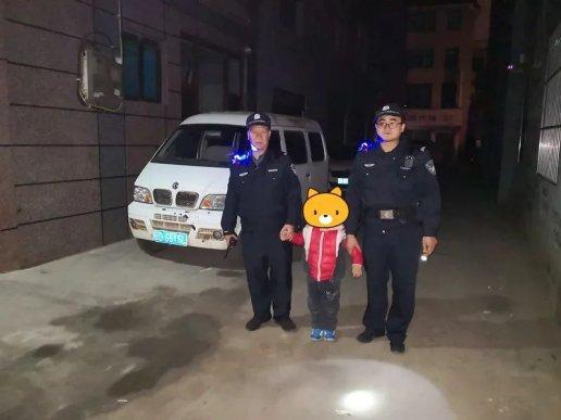 """宣威一懵懂小孩深夜""""出走"""" 民警暖"""