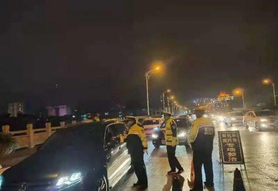 周末夜查,宣威公安交警查获各类交通违法180余起