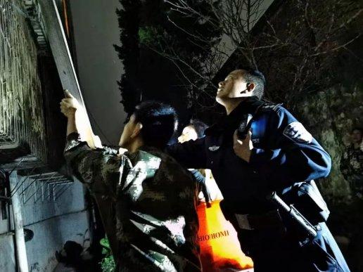 宣威2名小学生爬窗被困阳台上