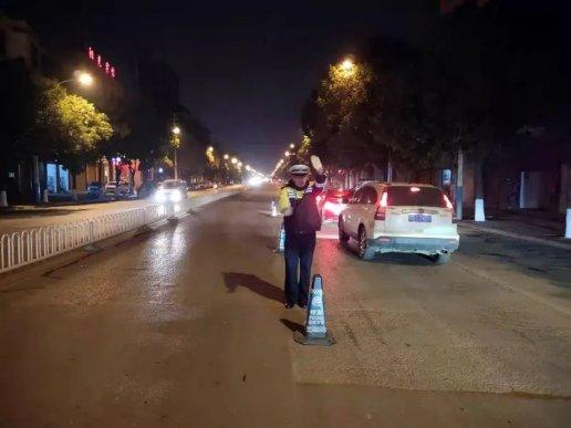 宣威公安交警大队组织开展周末夜查