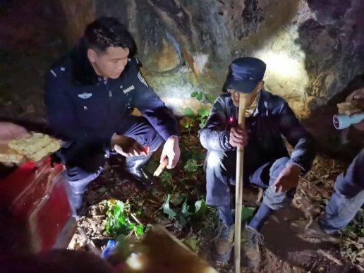 """86岁""""驴友""""被困深山 宣威民警深夜搜山救援"""