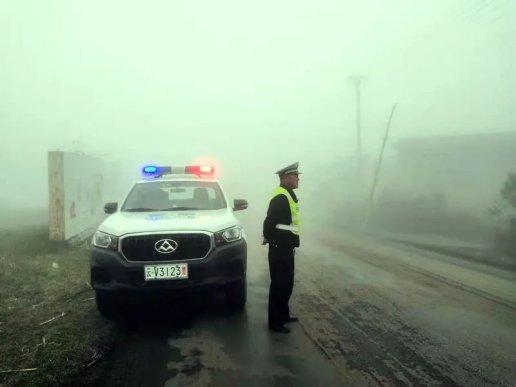 宣威公安交警连续4天护航低温雨雾恶