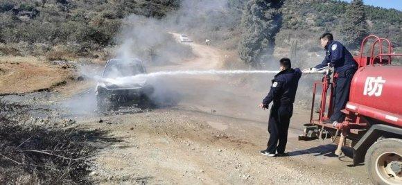 宣威一私家车突着火,民警快速出警